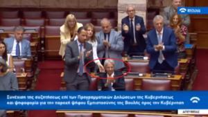 Βουλή: «Χειροκρότα ντε»! Σκούντησαν βουλευτή του Βελόπουλου! video