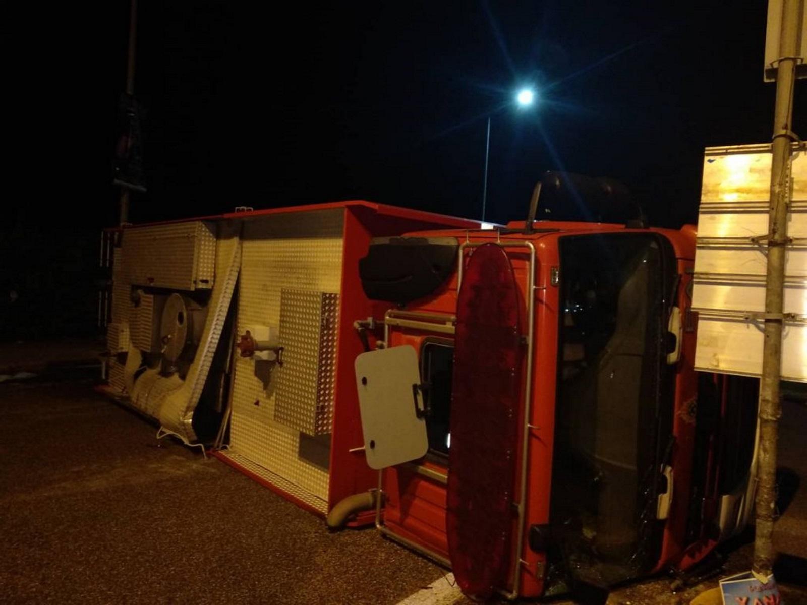 Τούμπαρε πυροσβεστικό όχημα στην Άρτα