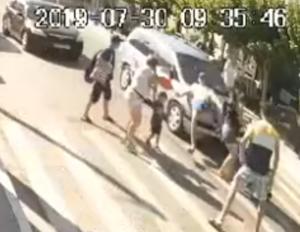 Ζάκυνθος: Η στιγμή που αυτοκίνητο παρασύρει πεζό πάνω σε διάβαση – Το βίντεο ντοκουμέντο – video