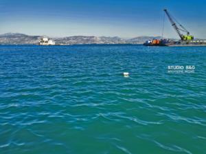Σώος βγήκε οδηγός που έκανε «βουτιά» στο λιμάνι του Ναυπλίου – video