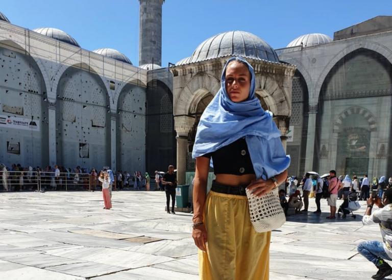 Χαμός με την Κατερίνα Δαλάκα – Εμφανίστηκε με μαντίλα στην Κωνσταντινούπολη