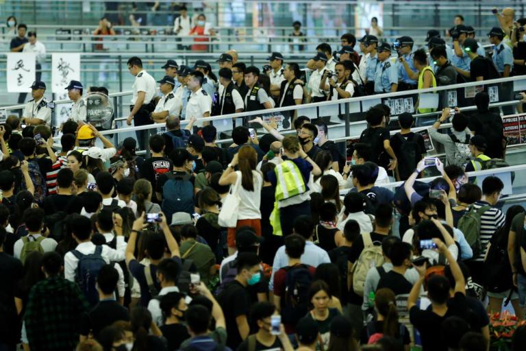 Χάος στο Χονγκ Κονγκ – Συγκρούσεις μέσα στο αεροδρόμιο!