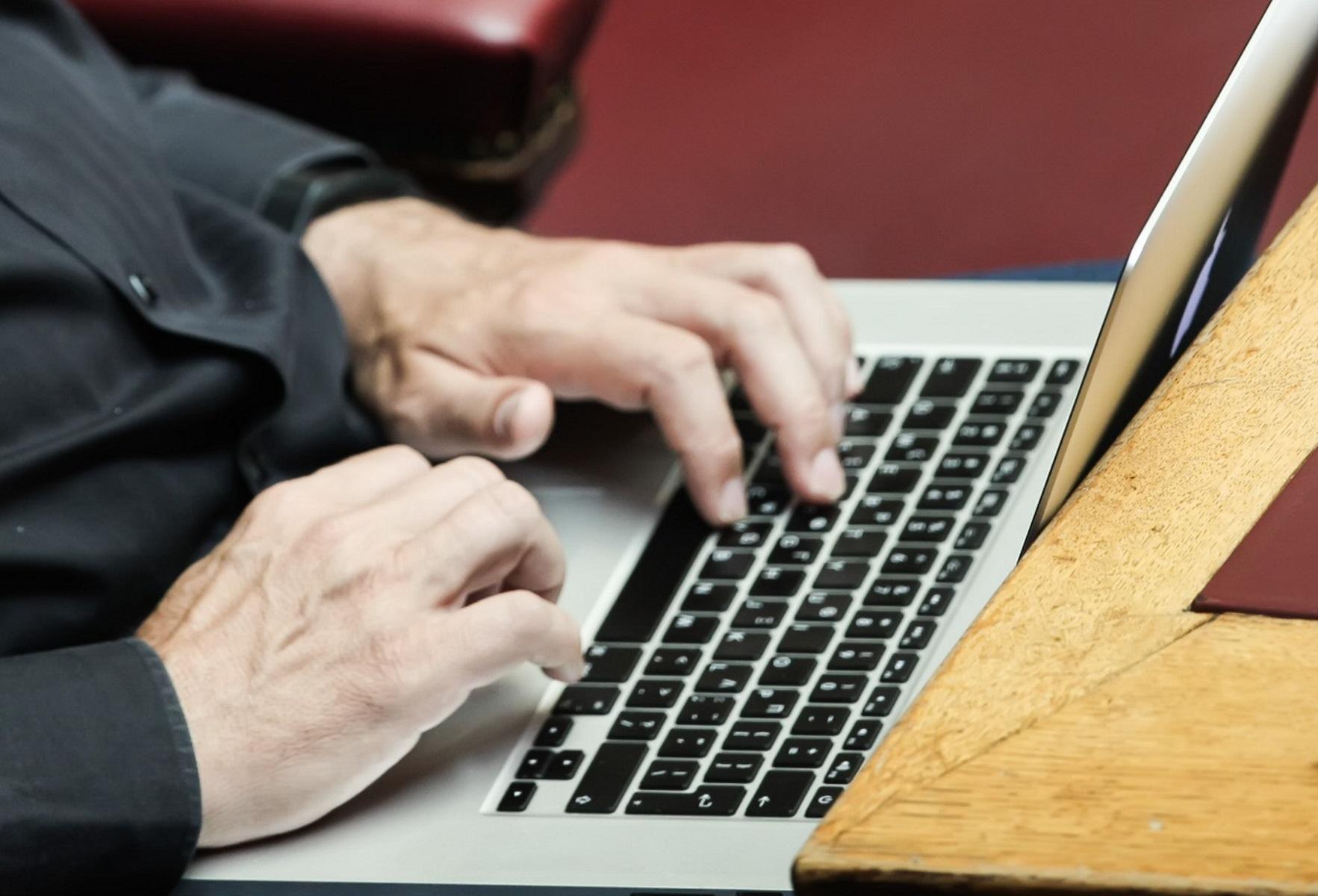 Κορονοϊός: Έτσι θα καθαρίσετε σωστά κινητό τηλέφωνο και laptop