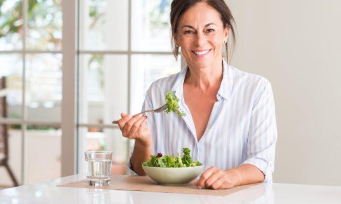 Δείτε 10 φυσικούς τρόπους για να αντιμετωπίσετε την εμμηνόπαυση και τα συμπτώματά της