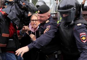 """Ρωσία: Άρχισαν και οι """"προληπτικές"""" συλλήψεις διαδηλωτών – Στο κελί ακτιβίστρια"""