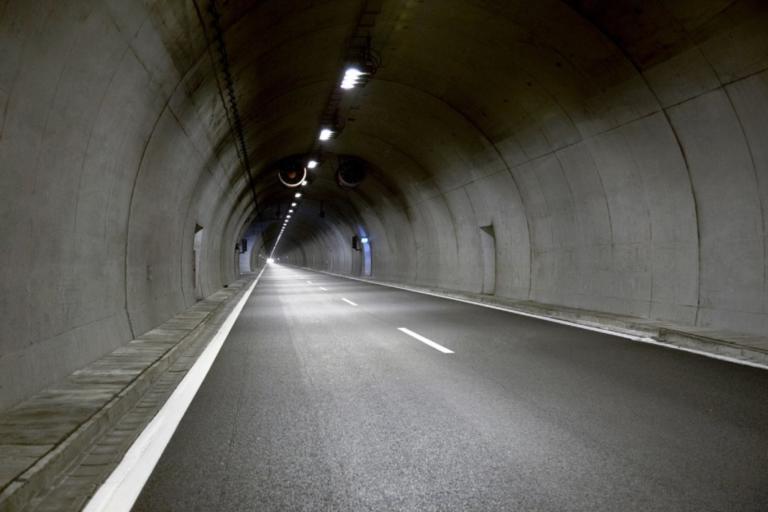 Στο σκοτάδι η εθνική οδός στο ύψος του Πλαταμώνα