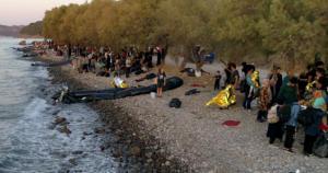 """Μυτιλήνη: Έφτασαν ταυτόχρονα από την Τουρκία 547 μετανάστες – """"Βούλιαξε"""" η παραλία της Σκάλας Συκαμιάς [pics]"""