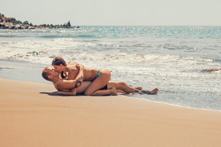 Δείτε μικρά ιατρικά μυστικά, για καλοκαιρινό περιστασιακό σεξ χωρίς κινδύνους