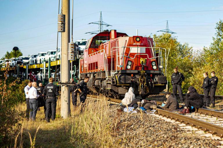 Ξάπλωσαν στις ράγες και σταμάτησαν… τρένο της Volkswagen