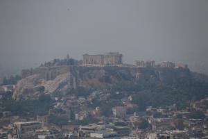 Αττική: Μειώνεται ο καπνός από τη φωτιά στην Εύβοια