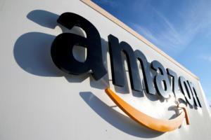Η Λιθουανία καλεί την Amazon να απαγορεύσει το σφυροδρέπανο στα προϊόντα που πωλεί