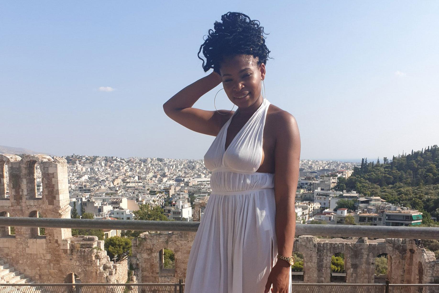 """""""Με πέταξαν ουρλιάζοντας από το Μουσείο της Ακρόπολης! Με συνέλαβαν για το φόρεμα που φορούσα!"""" - Απίστευτες καταγγελίες από Βρετανή travel blogger"""
