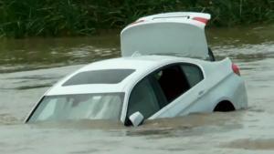 Νεαρός έριξε την καινούρια του BMW στο ποτάμι επειδή ήθελε να του αγοράσουν Jaguar [vid]
