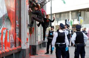 Λονδίνο: Διαδηλωτές κατά της κλιματικής αλλαγής έριξαν κόκκινη μπογιά στην πρεσβεία της Βραζιλίας