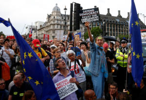 Brexit: 1.000.000 υπογραφές εναντίον του Τζόνσον για το «λουκέτο» στην Βουλή!