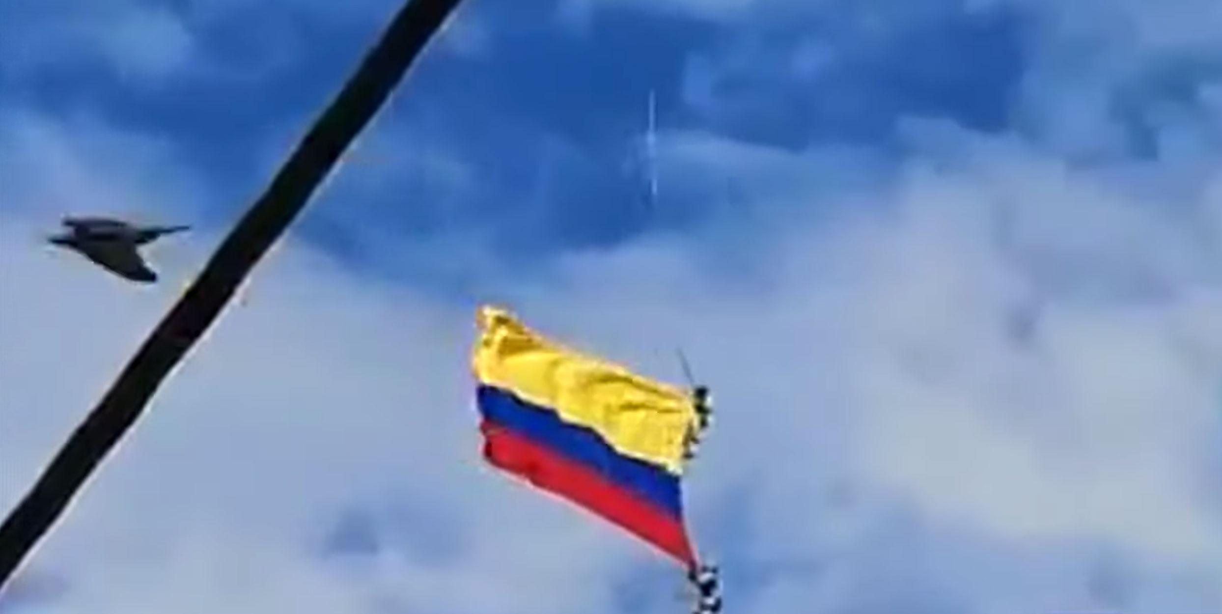 Καρέ καρέ ο θάνατος δυο στρατιωτικών στην Κολομβία: Έπεσαν στο κενό ενώ κρέμονταν από σημαία κατά τη διάρκεια επίδειξης