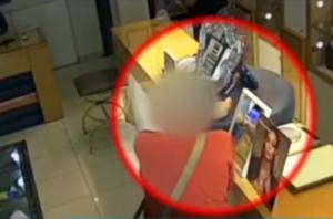 Κλοπή δαχτυλιδιού από κοσμηματοπωλείο του Πειραιά στην κάμερα [video]