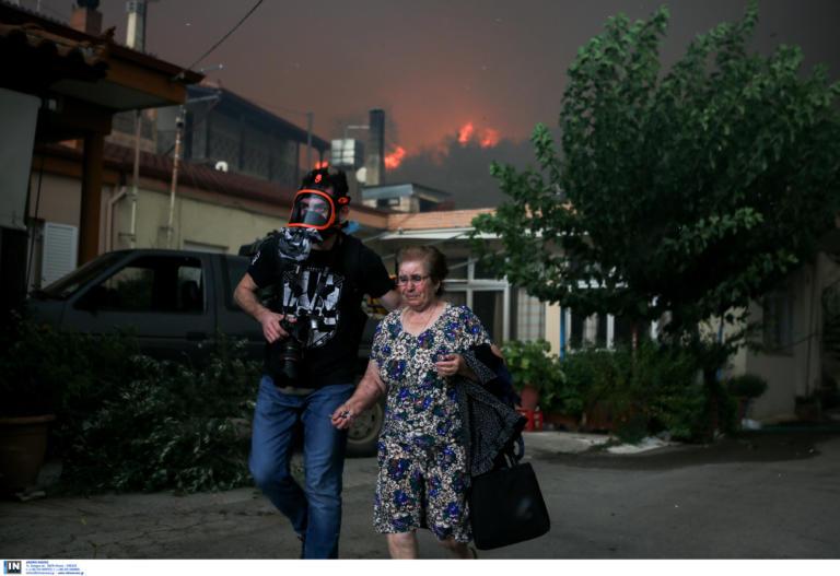 Συγκλονιστικές εικόνες! Η στιγμή της εκκένωσης φλεγόμενων οικισμών στην Εύβοια