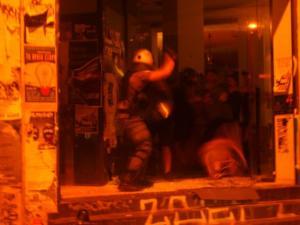 """Εξάρχεια: """"Μπαρούτι"""" με """"ντου"""" της αστυνομίας στο Κ*ΒΟΞ! video"""