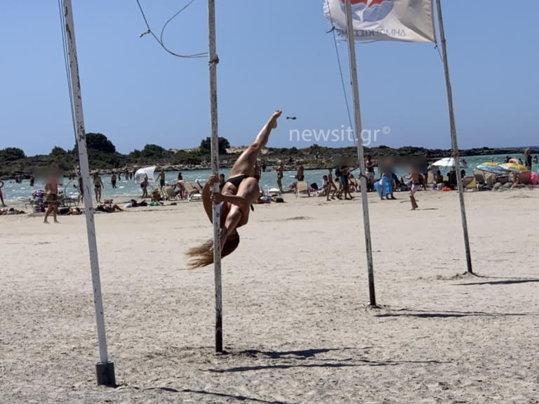 Κρήτη: Ανέβηκε στο κοντάρι με την ελληνική σημαία και τους «κούφανε» – Οι εικόνες που θα θυμούνται για καιρό