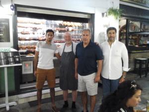Σκιάθος: Αγνώριστος ο Εμίρης του Κατάρ σε παραδοσιακή ταβέρνα – Οι φωτογραφίες και ο γιος του!