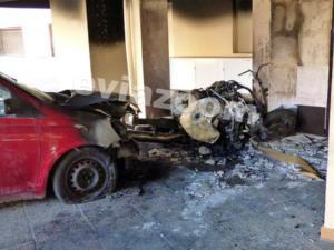 Κόλαση φωτιάς στη Χαλκίδα! Λαμπάδιασε η πυλωτή καίγοντας μηχανές και αυτοκίνητο!