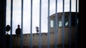 Συναγερμός στις φυλακές της Αγιάς! Πέταξε ναρκωτικά στην αυλή και εξαφανίστηκε