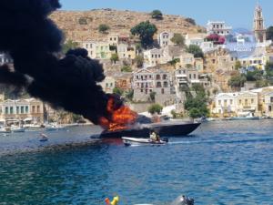 Σύμη: Μεγάλη φωτιά σε θαλαμηγό – Αποβιβάστηκαν με ασφάλεια οι επιβάτες [pics, video]