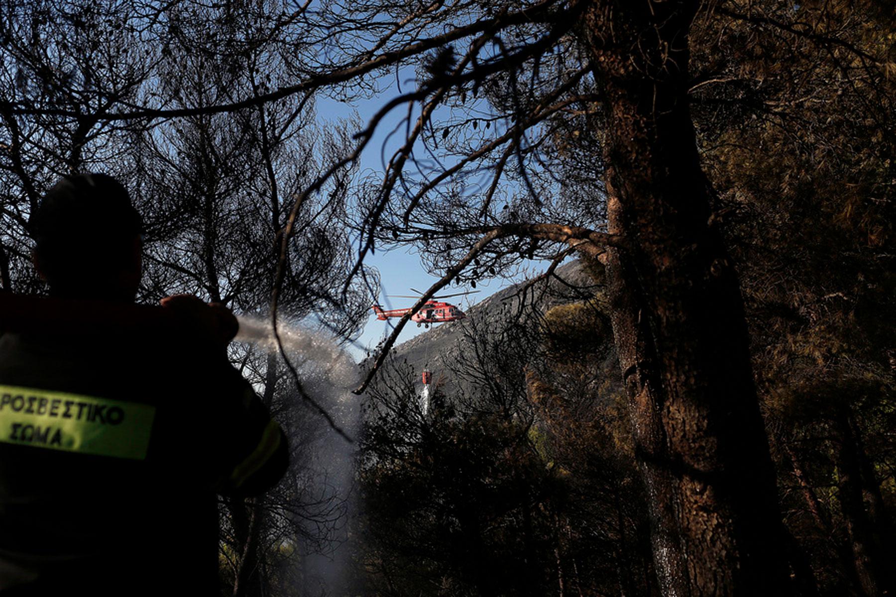 Φλόγες 20 μέτρων και δραματικές στιγμές από τη φωτιά στον Υμηττό! Διάσπαρτες εστίες, δεν υπάρχει ενεργό μέτωπο, δεν κινδυνεύει η Καισαριανή