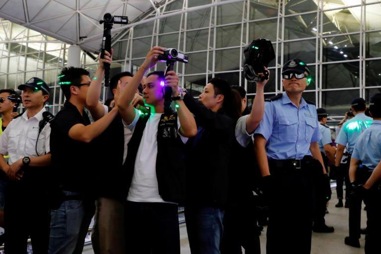 Χονγκ Κονγκ: Εφημερίδα κατήγγειλε ότι δημοσιογράφος τους κρατήθηκε από τους διαδηλωτές