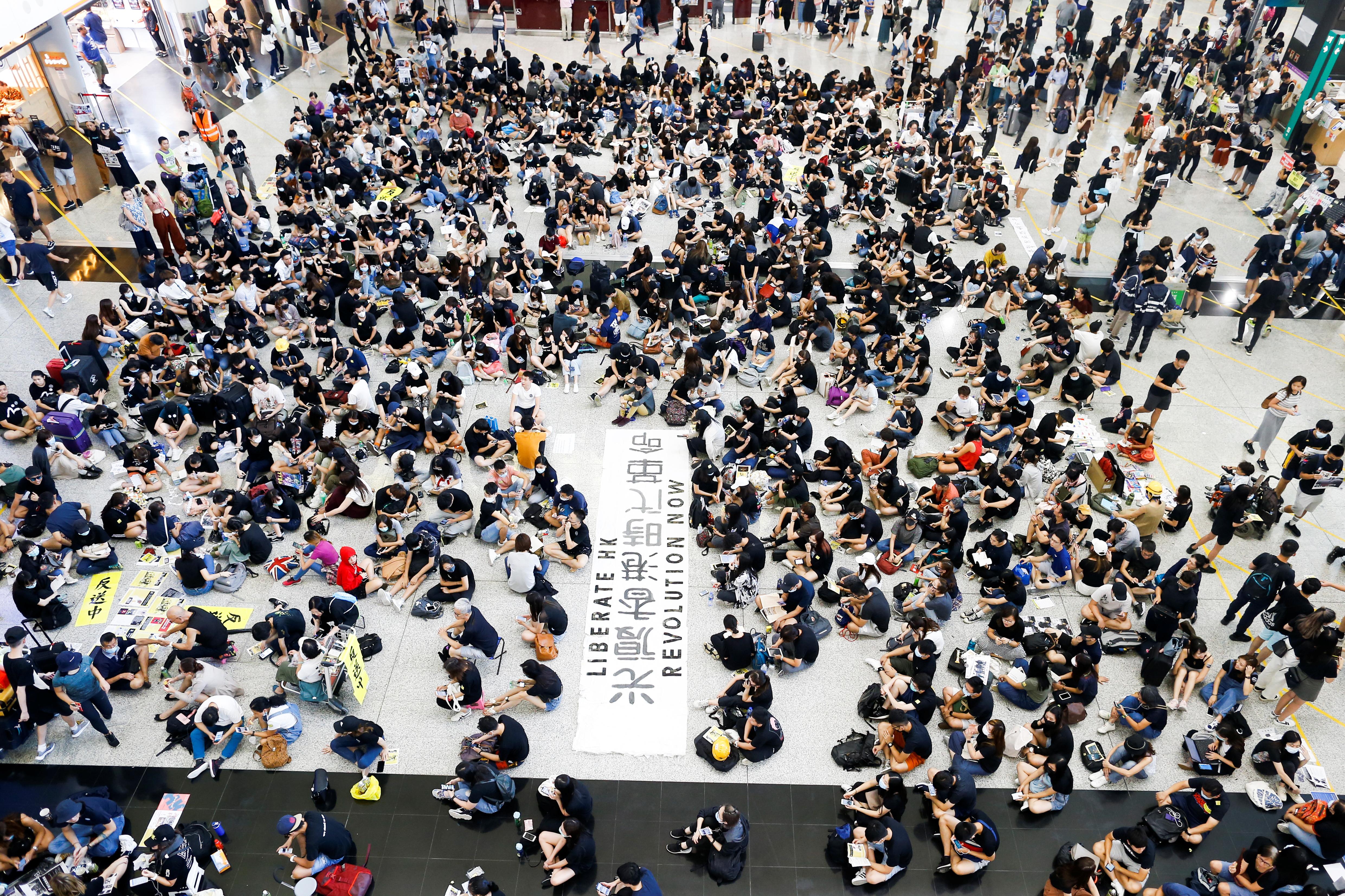 Χονγκ Κονγκ: Καθιστική διαμαρτυρία στο αεροδρόμιο από διαδηλωτές [pics]