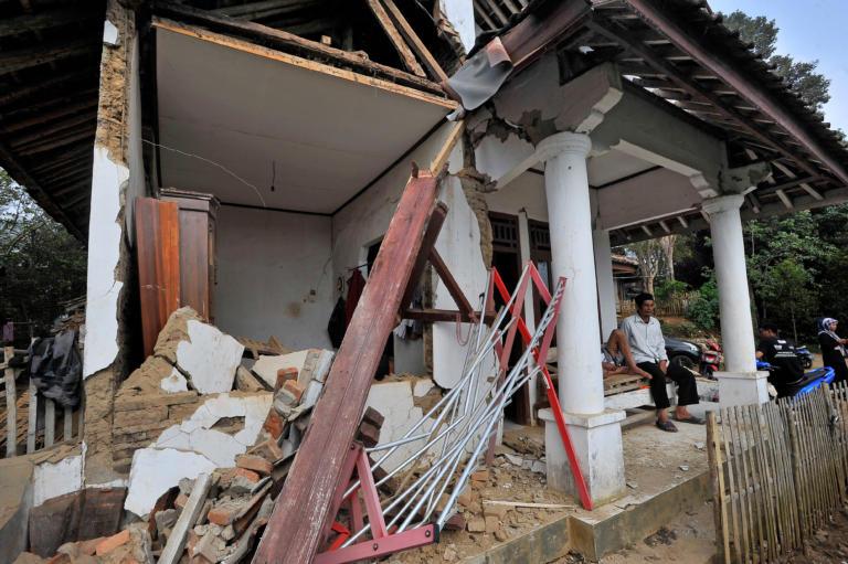 Ινδονησία: Πέντε νεκροί από τον πανίσχυρο σεισμό των 6,9 Ρίχτερ