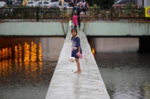 Κωνσταντινούπολη: Ένας νεκρός και χάος από τις βροχές! Πλημμύρες στο Μεγάλο Παζάρι!
