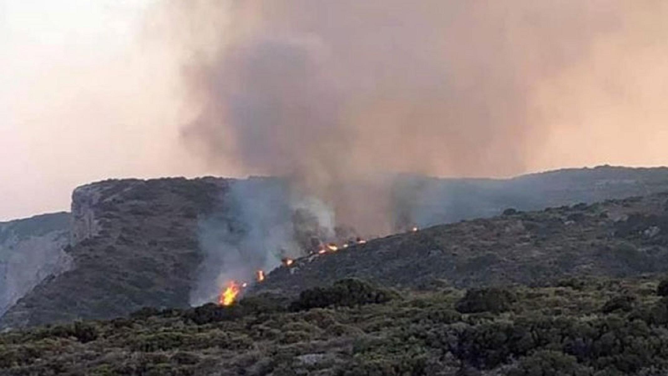 Φωτιά στα Κύθηρα: Και εναέρια μέσα στη μάχη για την κατάσβεση της φωτιάς