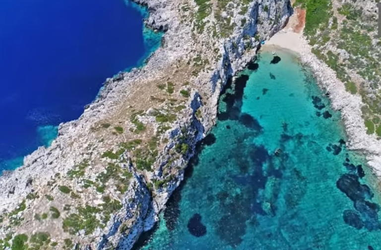 Το άγνωστο ελληνικό νησί σε σχήμα κροκόδειλου με το ναυάγιο και την εξωτική παραλία Πρώτη Μεσσηνίας