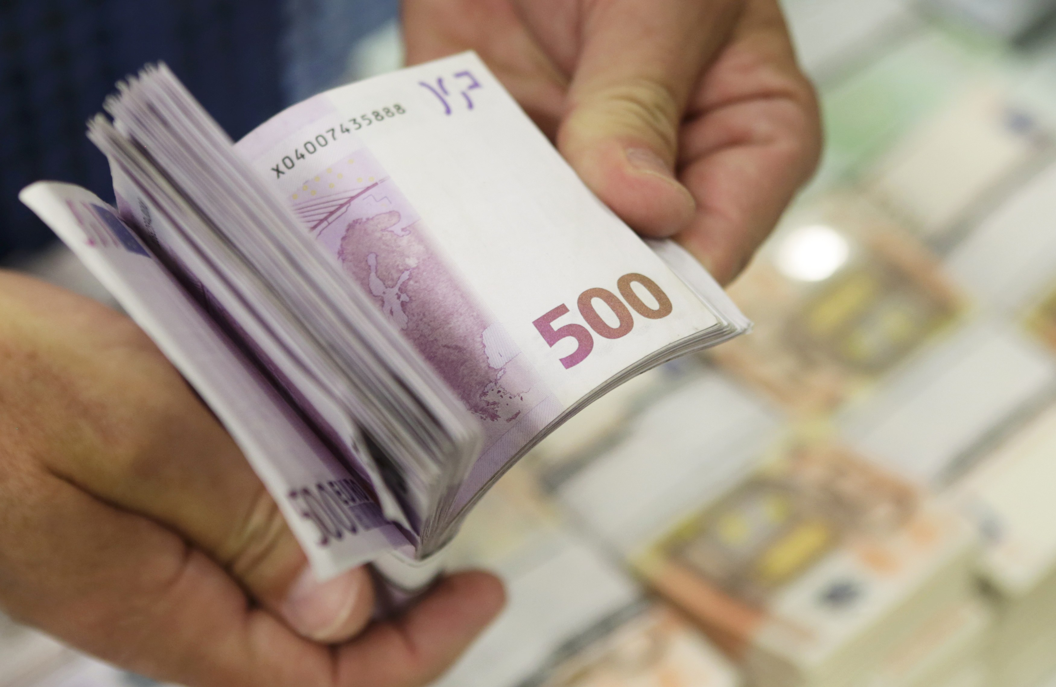 Οι φορολογούμενοι βάζουν… βαθιά το χέρι στην τσέπη! Υπέρβαση 400 εκατ. στα έσοδα
