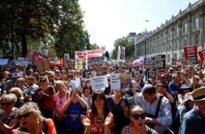 Λονδίνο: Χιλιάδες διαδηλωτές κατά του «πραξικοπήματος» του Μπόρις Τζόνσον [pics]