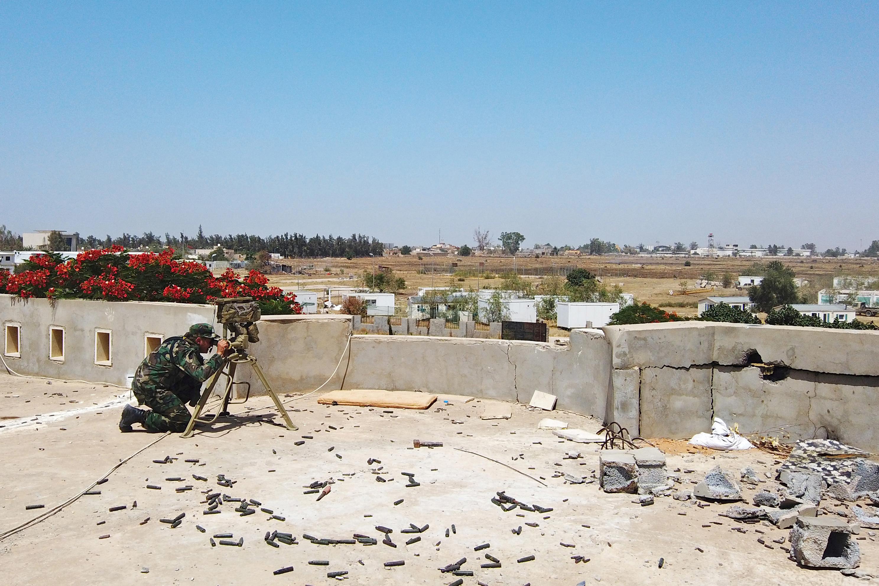 Οι δυνάμεις του στρατάρχη Χαφτάρ προκάλεσαν εκτεταμένες ζημιές σε αεροδρόμιο στη Ζουάρα