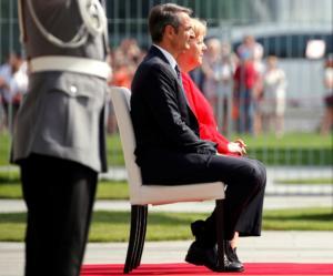 Μέρκελ: Καθιστή για… σιγουριά δίπλα στον Μητσοτάκη! video, pics