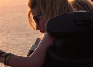 Μύκονος: Συγκίνησε η Μυρτώ που κακοποιήθηκε στην Πάρο – Αγνώριστη στις διακοπές με τη μητέρα της – video