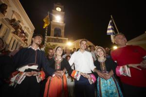 Μητσοτάκης στην Κάρπαθο: Χόρεψε μπάλο και ήπιε ρακές – video