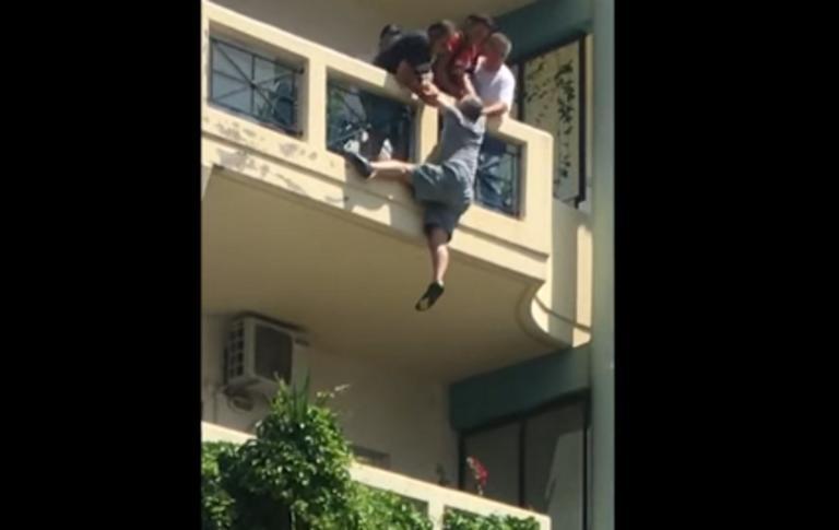 Ήρωας! Έσπασε δύο πόρτες και έσωσε άνθρωπο που κρεμόταν από μπαλκόνι!
