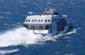 Μάχη με τα κύματα στη Νάξο – video