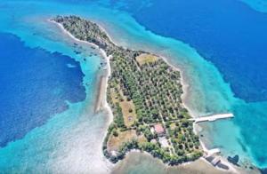 Το περίεργο νησί «κιθάρα» που ερωτεύτηκαν οι Μπιτλς, μια ώρα από την Αθήνα