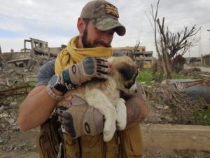 Βρετανός έσωσε κουτάβι στη Συρία και το έφερε στη χώρα του