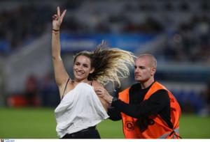Σλόβαν Μπρατισλάβας – ΠΑΟΚ: Ημίγυμνη γυναίκα εισέβαλε στον αγωνιστικό χώρο και διέκοψε το παιχνίδι – video