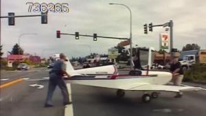 Προσγείωσε το αεροπλάνο στη μέση της λεωφόρου! [vid]