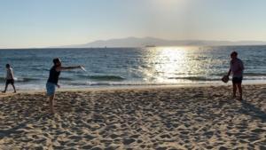 Ο Έλληνας ευρωβουλευτής τα έδωσε όλα… παίζοντας ρακέτες στην παραλία