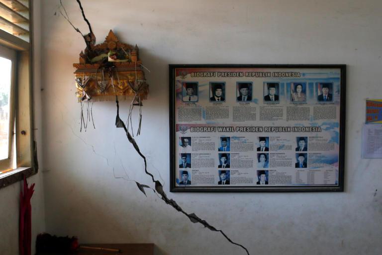 Σεισμός – Ινδονησία: Τρόμος από τον πανίσχυρο σεισμό