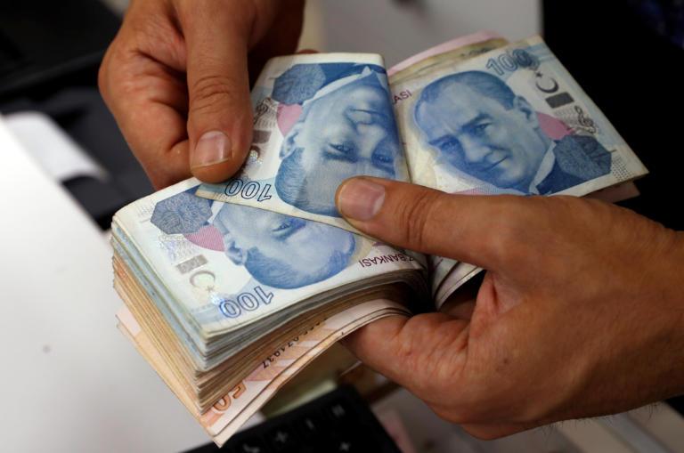 Οι αμερικανικές κυρώσεις τον ορίζοντα «βυθίζουν» την τουρκική λίρα